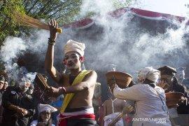 Tradisi Ngaruat getih Karawang