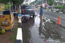 Pemko Banda Aceh bersihkan sumbatan drainase di bahu jalan protokol