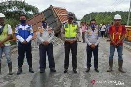 Jembatan di Pelalawan amblas, sebuah truk terjebak