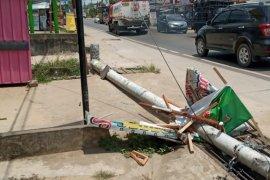 Alat berat diangkut truk nyangkut kabel listrik hingga tiangnya roboh