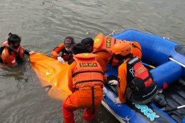Jasad remaja tenggelam di Kali Ciliwung dievakuasi
