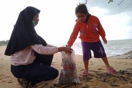 Komunitas pemuda bersihkan Pantai Pasirkuning di Bangka Barat