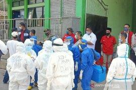 Petugas periksa kesehatan warga Garut di enam kecamatan yang diberlakukan PSBM