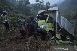 Kecelakaan truk boks masuk jurang