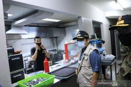Wali Kota Tangerang Arief R Wismansyah bubarkan kerumunan warga di sekitar mall