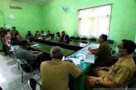 Belasan warga datangi kantor DLH Situbondo pertanyakan limbah RS Mitra Sehat