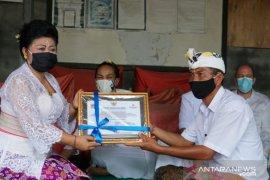 Bupati Karangasem serahkan penghargaan untuk Pura Pesimpenan Baturaya dan Pura Geria Gili Selang