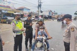Polres Mesuji bagikan masker kepada pengguna jalan di Jalinsum
