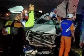 Tiga orang tewas akibat tabrakan mobil vs truk di Tol Sumo