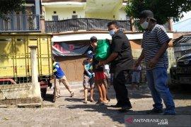 Pemkab Garut salurkan bantuan pangan daerah yang diisolasi karena COVID-19
