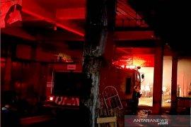 13 unit Damkar dikerahkan untuk padamkan kebakaran gudang basement