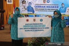 Dukung gebrak masker, PKK Kalsel serahkan bantuan 25 ribu masker untuk PKK HSS