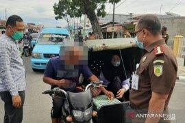 Kejari Padang bagikan 200 helai masker gratis pada masyarakat (Video)