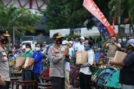 Hari Lalu Lintas Korlantas bagikan 3.000 sembako untuk pengayuh becak