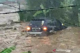 Tiga orang hanyut dalam banjir bandang di Sukabumi masih dicari