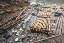 Pemkab Lebak minta warga tidak buang sampah ke Sungai Ciujung
