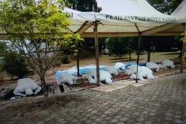 Tim pemakaman berbaju hazmat shalat Dhuhur berjamaah sebelum makamkan Bian