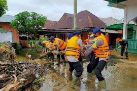 Brimob Polda Sumut bantu korban banjir di Padang Sidempuan