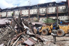 Ratusan lapak pasar Mardika di Ambon  dibongkar