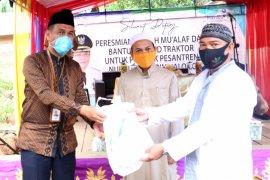 Bank Kalsel serahkan hand traktor untuk  Ponpes Nurul Muhibbin