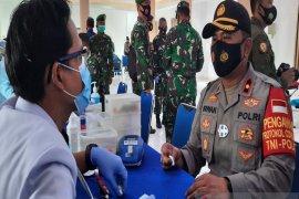 Kapolsekta Banjarmasin Tengah ikut donorkan darahnya di baksos HUT TNI