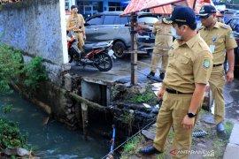 Wali Kota Arief  perintahkan Dinas PUPR keruk lumpur dari sungai