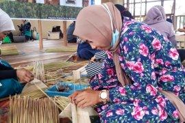 HSU's purun industry to maintain peatland, substitutes plastics