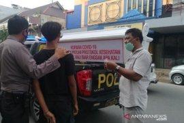 Polisi di Medan sosialisasi bahaya COVID-19 dengan membawa peti mati