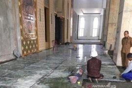 Batu giok mulai dipasang di lantai Masjid Agung Baitul A'la Nagan Raya