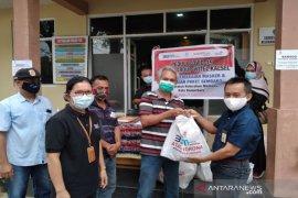 Telkom  bagikan Sembako kepada warga Mentaos Banjarbaru