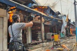 Pasar Cempaka Putih kebakaran, Damkar terjunkan 20 unit mobil pemadam