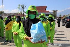 Pemkab Garut distribusikan 500 paket pangan untuk petugas kebersihan