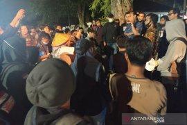 Aktivis ditangkap, para pengunjukrasa bertahan hingga malam di Polres Bengkulu