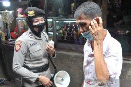 Polisi dikerahkan di seluruh Pasar Palembang awasi protokol kesehatan Page 1 Small