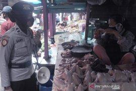 Polisi dikerahkan di seluruh Pasar Palembang awasi protokol kesehatan Page 2 Small