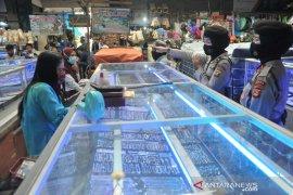 Polisi dikerahkan di seluruh Pasar Palembang awasi protokol kesehatan Page 3 Small