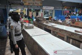 Polisi dikerahkan di seluruh Pasar Palembang awasi protokol kesehatan Page 4 Small