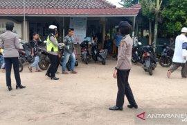 Polwan Bangka Tengah membagikan masker kepada jamaah di masjid