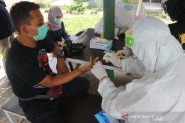 Puluhan wartawan yang interaksi dengan Ketua DPRD Bogor jalani tes COVID-19 massal