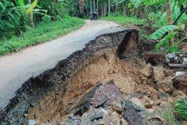 Banjir sebabkan badan jalan antar desa di Abdya amblas