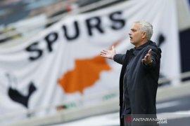 Liga Inggris: Chelsea dibawah tekanan untuk raih gelar, kata bos Tottenham Mourinho