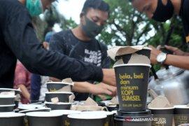 Pegiat kopi bagikan ribuan gelas kopi di Car Free Day Kambang Iwak Page 1 Small