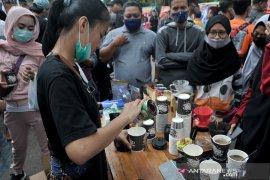 Pegiat kopi bagikan ribuan gelas kopi di Car Free Day Kambang Iwak Page 2 Small