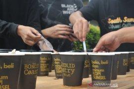 Pegiat kopi bagikan ribuan gelas kopi di Car Free Day Kambang Iwak Page 3 Small