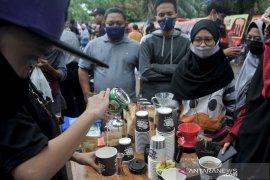 Pegiat kopi bagikan ribuan gelas kopi di Car Free Day Kambang Iwak Page 4 Small