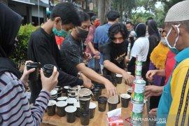 Pegiat kopi bagikan ribuan gelas kopi di Car Free Day Kambang Iwak Page 5 Small
