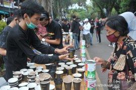 Pegiat kopi bagikan ribuan gelas kopi di Car Free Day Kambang Iwak Page 6 Small