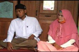 Seorang pemuda lajang nikahi nenek berusia 62 tahun