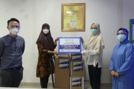 Anggota DPR serahkan alkes ke rumah sakit di Kota Depok dan Bekasi