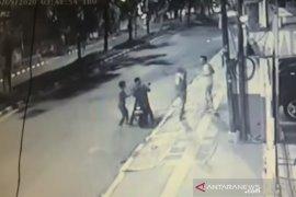 Batal tawuran, tiga pria ini malah begal ponsel warga